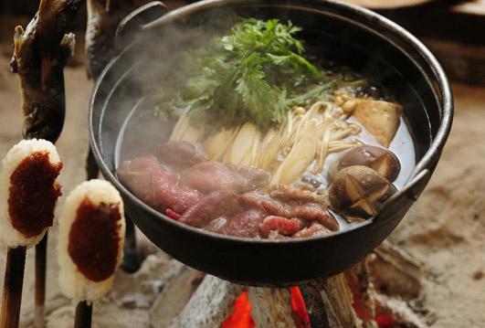 囲炉裏を囲むお食事一例